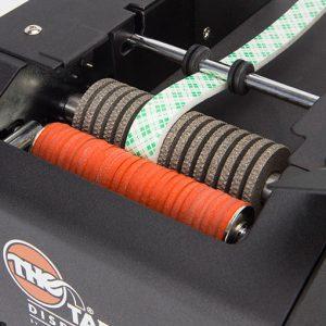 Vista en detalle del dispensador automático de cinta adhesiva de espuma
