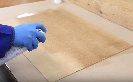 Pegar un tablero de madera con spray adhesivo
