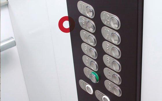 Revestimiento y paneles en ascensores con cierre Alfa Lok