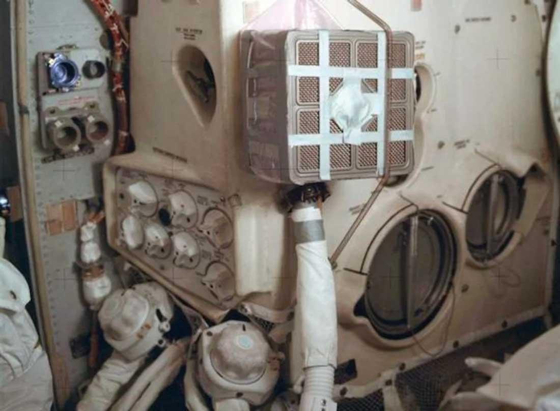 Cinta americana en una reparación de emergencia del sistema de aire del Apolo 13