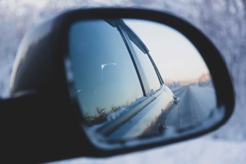 La cinta adhesiva para el montaje de espejos en automoción debe soportar diversas condiciones climáticas, entre ellas muy bajas temperaturas.