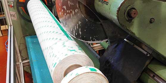 Cinta adhesiva cortada a medida para empalmes de bobina en la produccion de papel