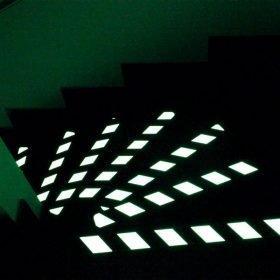 Cinta antideslizante brilla en la oscuridad