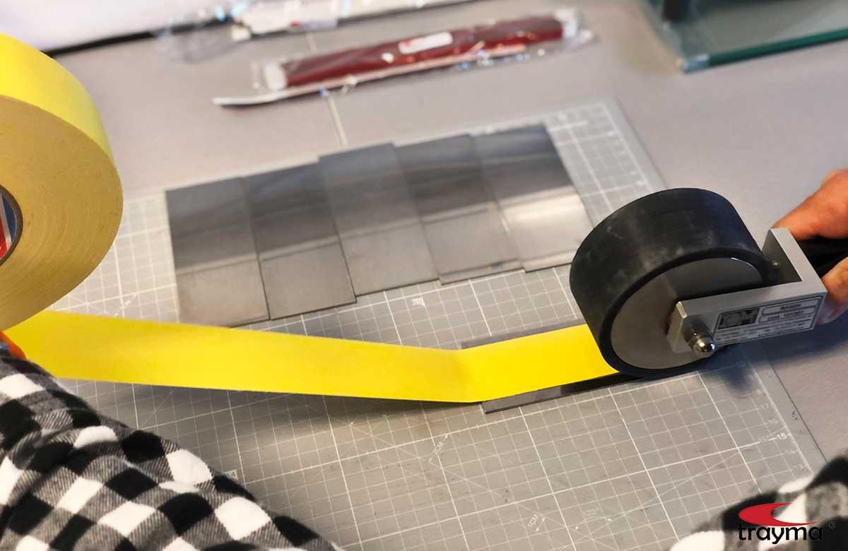 Cinta adhesiva Tesaband 4651 color amarillo, prueba en el laboratorio de ensayos Trayma Lab